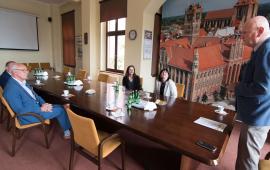 Na zdjęciu prezydent Torunia Michał Zaleski przemawia do Barbary Jurkiewicz, Wiktora Krawca i ich następców