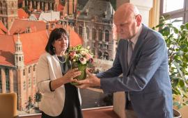 Na zdjęciu prezydent Michał Zaleski wręcza kwiaty Barbarze Jurkiewicz