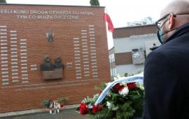 Na zdjęciu: Zbigniew Rasielewski skladający kwiaty pod pomnikiem ofiar smoleńskich