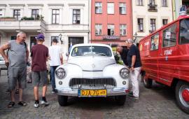 Na zdjęciu: zabytkowe samochody i osoby oglądające