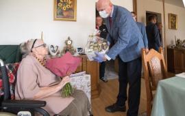 Na zdjęciu prezydent Michał Zaleski wręcza upominek stulatce