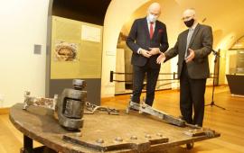 Kurator oprowadza prezydenta Zaleskiego po wystawie