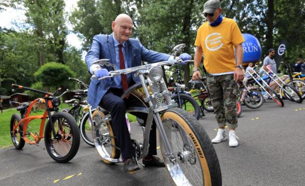 Na zdjęciu: prezydent Michał Zaleski na skonstruowanych rowerze