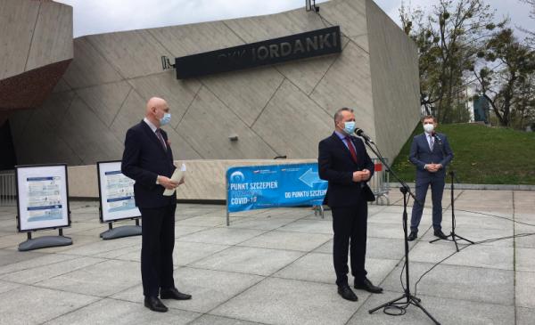 Prezydent Michał Zaleski i wojewoda Mikołaj Bogdanowicz przekazują informacje nt. mobilnego punktu szczepień przed CKK Jordanki