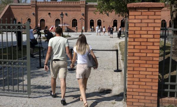 Para młodych ludzi wchodzących do Muzeum Twierdzy Toruń