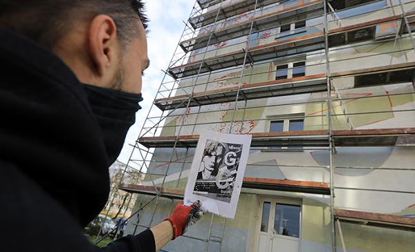 Mateusz Małkiewicz podczas prac nad muralem