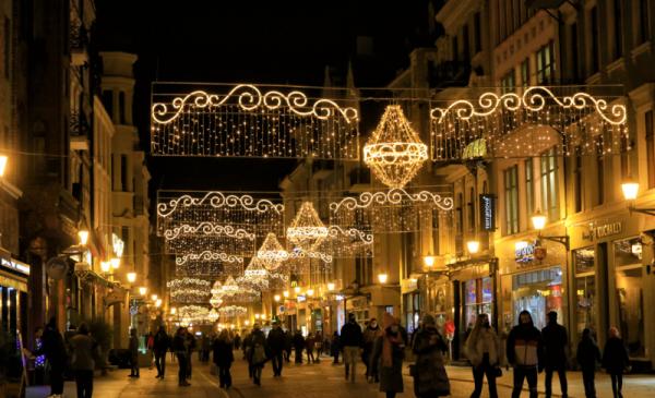 Ulica szeroka i iluminacje nad nią