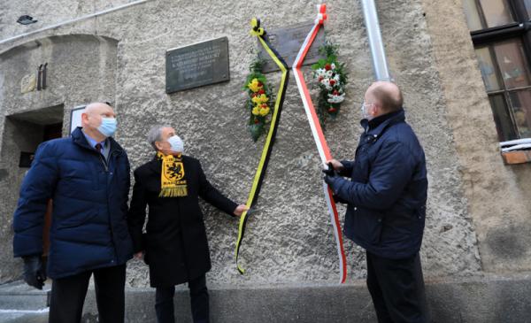 Na zdjęciu prezydent Michał Zaleski, prezes Jan Wyrowiński oraz marszałek Piotr Całbecki symbolicznie ściągają wstęgi z tablicy upamiętniającej Hieronima Derdowskiego