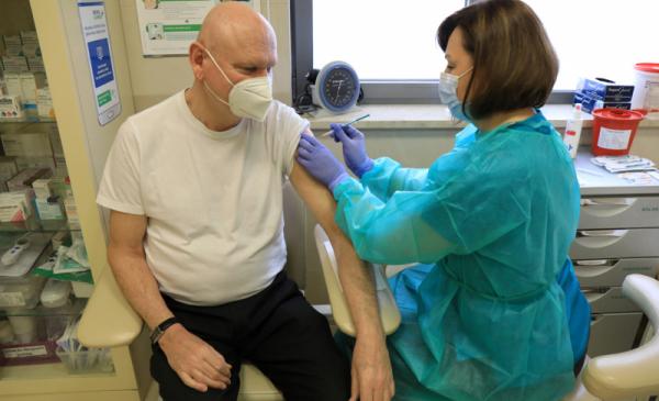 Na zdjęciu: pielęgniarka podaje szczepionkę prezydentowi Michałowi Zaleskiemu