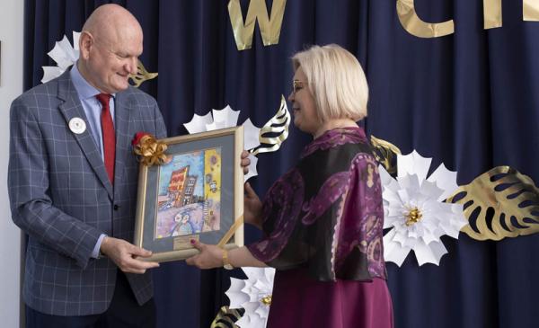 Prezydent Michał Zaleski wręcza pamiątkową grafikę dyrektorce szkoły podstawowej w Cierpicach w stulecie istnienia placówki