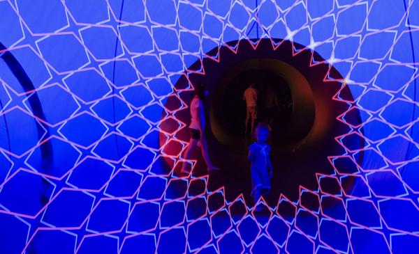 Na zdjęciu dziewczynka w luminarium