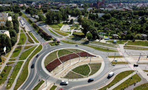 Plac bpa Chrapka w Toruniu z zielono-czerwoną kompozycją zieleni, widok z lotu ptaka, fot. Sławomir Kowalski