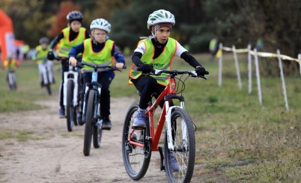 Na djęciu: dzieci jadą na rowerach po ścieżce
