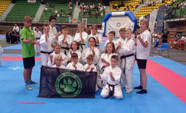 Na zdjęciu: Karatecy z Klubu Karate Tradycyjnego Kumade pozują w hali podczas Mistrzostw Polski