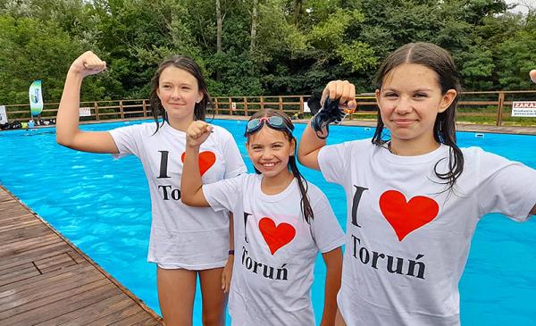 """dziewczynki w koszulkach z napisem """"I love Toruń"""""""