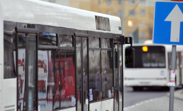 bok autobusu i znak drogowy