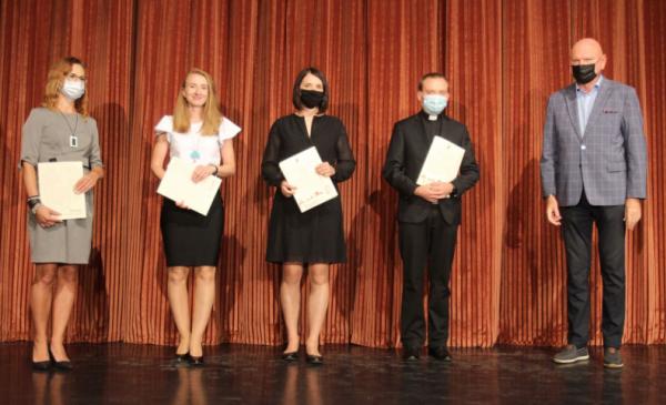 Na zdjęciu: prezydent Michał Zaleski wraz z nauczycielami, którzy odebrali akty mianowania