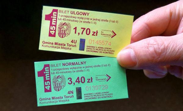 Na zdjęciu: bilety ulogowy i normalny jednoprzejazdowy komunikacji miejskiej w Toruniu