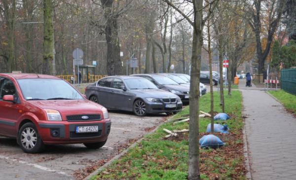 Samochody zaparkowane skośnie wzdłuż ul. Bydgoskiej.