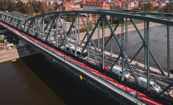 Widok z lotu ptaka na rozbudowywany most z ciągiem pieszo-rowerowym