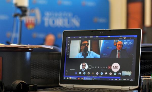 Na zdjęciu: ekran komputera z aktywnymi użytkownikami aplikacji podczas zdalnej sesji Rady Miasta Torunia