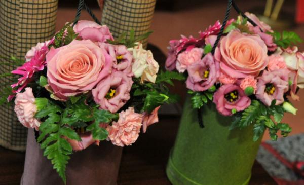 Na zdjęciu dwa bukiety kwiatów autorstwa Małgorzaty Litwin
