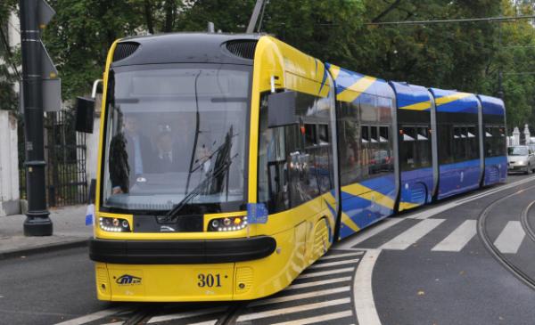 Na zdjęciu widać tramwaj w kolorze żółtym