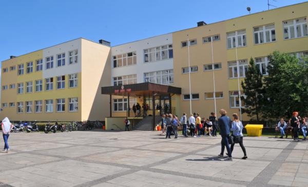 Na zdjęciu: budynek szkoły i uczniowie do niej zmierzający