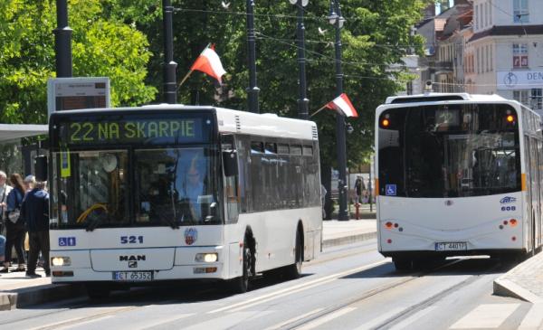 Na zdjęciu autobus linii 22 z flagami Polski