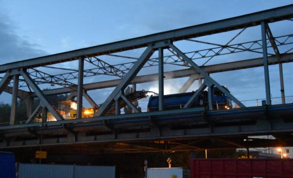 Most im. J. Piłsudskiego nocą, na nim widoczne maszyny