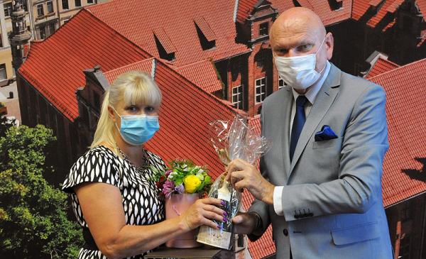 Prezydent Zaleski węcza list gratulacyjny i kwiaty Jolancie Swinarskiej