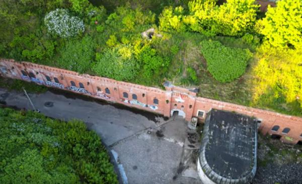 Na zdjęciu widać Fort I otoczony zielenią