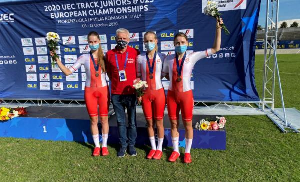Trzy zawodniczki TKK Pacifik z medalami stoją wraz z trenerem