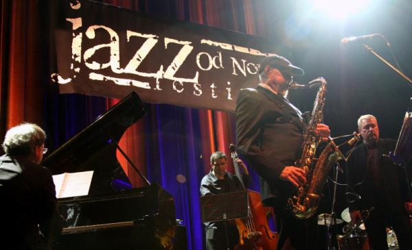 Na zdjęciu Jan Ptaszyn Wróblewski gra na saksofonie podczas Jazz Od Nowa