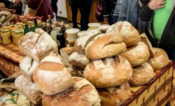 Na zdjęciu: bochenki chleba i naturalne produkty spożywcze