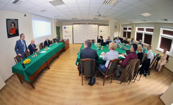Na zdjęciu: uczestnicy spotkania dziekanów wydziałów biologicznych uczelni zrzeszonych w YUFE, przemawia prezydent Michał Zaleski