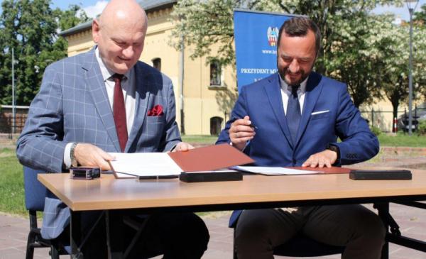 Na zdjęciu prezydent Michał Zaleski i Jarosław Pucek, zastępca prezesa Krajowego Zasobu Nieruchomości podpisują umowę