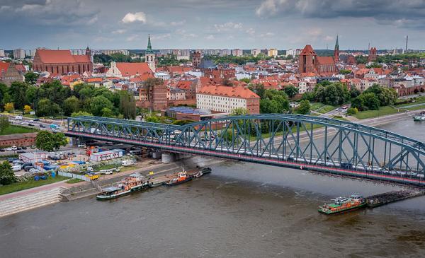 Widok z lotu ptaka na starówkę i przebudowywany most Piłsudskiego w Toruniu