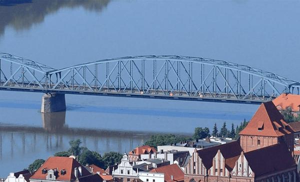 Przęsło mostu Józefa Piłsudskiego w Toruniu. W tle Wisła, w lewym dolnym rogu fragment toruńskiej starówki.