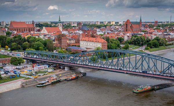 Most Piłsudskiego w rozbudowie - widok z drona, w tle starówka, fot. Błażej Antonowicz