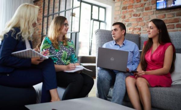 zdjęcie przedstawiające rozmowę kwalifikacyjną