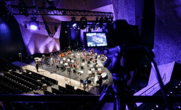 Na zdjęciu pulpity na nuty na pustej scenie CKK Jordanki