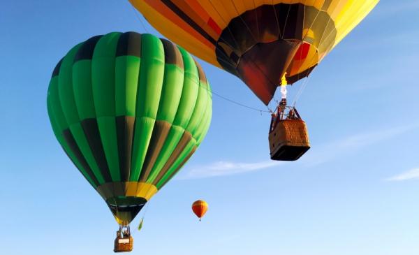Na zdjęciu balony gazowe unoszące się w powietrzu