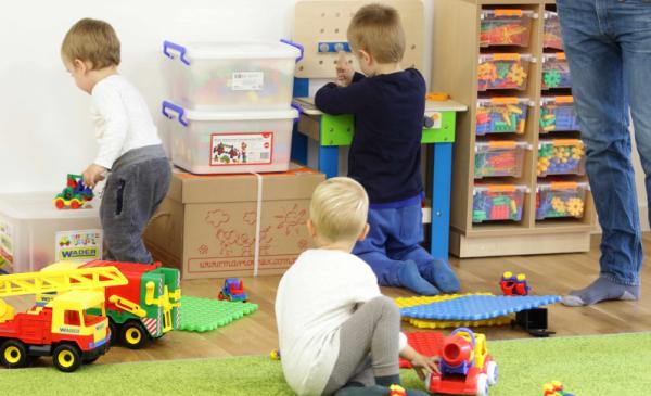Na zdjęciu: dzieci bawiące się w żlobku