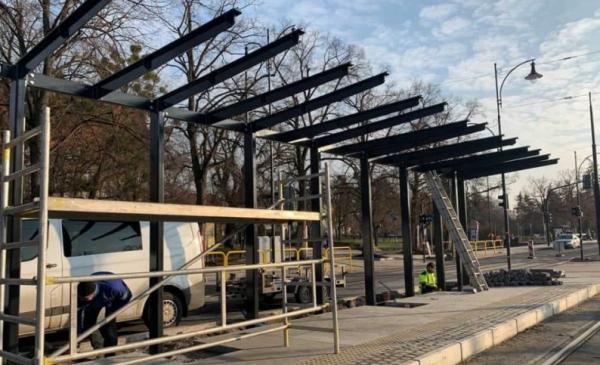 Na zdjęciu: montaż nowych wiat przystankowych na Placu Rapackiego