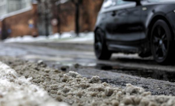 Auto na zaśnieżonym Bulwarze Filadelfijskim w Toruniu