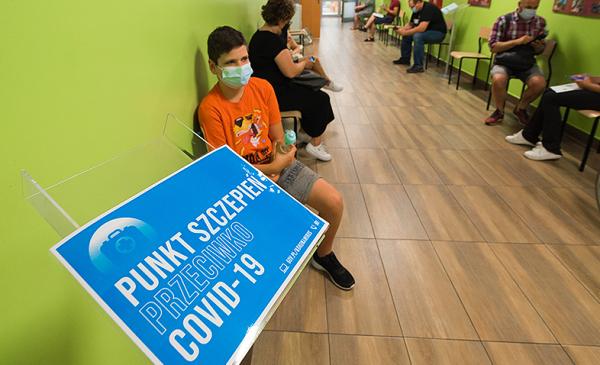 zdjęcie osób oczekujących na szczepienie w SP nr 14