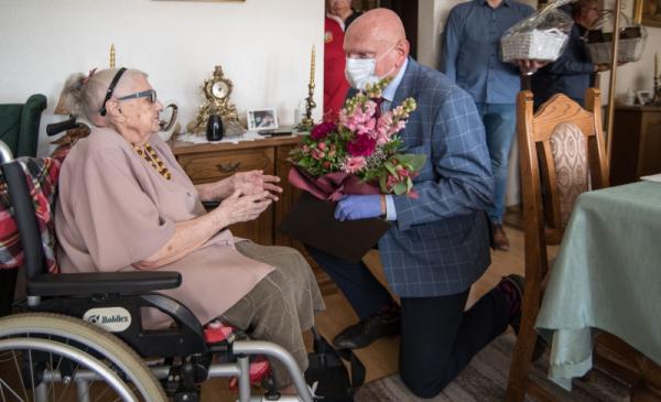 Na zdjęciu prezydent wręcza kwiaty stulatce Pani Irenie Kazanieckiej