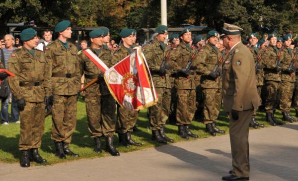 Na zdjęciu: żołnierze podczas uroczystości składają meldunek
