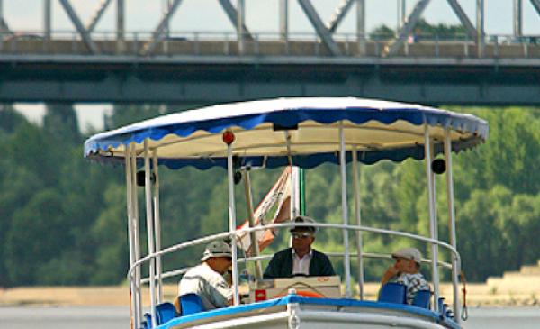 Na zdjęciu: łódź Katarzynka z pasażerami podczas rejsu po Wiśle